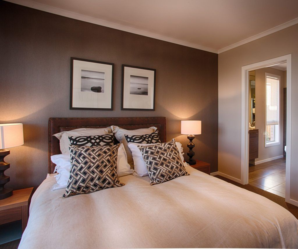 Bedroom With Brown Wall Colors In 2020 Buntes Schlafzimmer