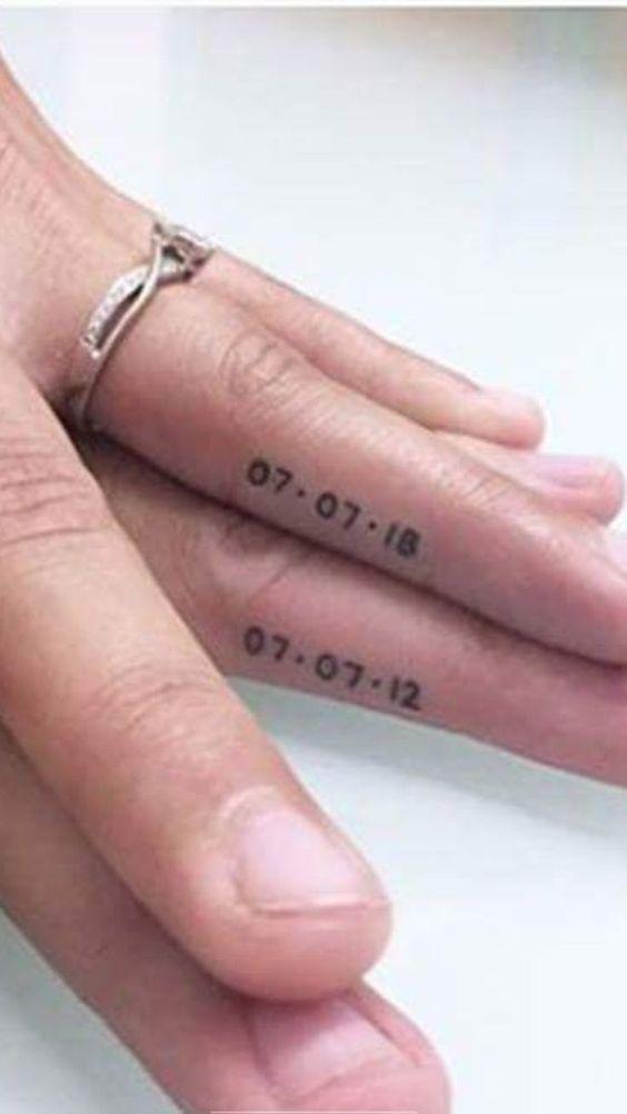 Tu aniversario puede llevarse en la piel con este tatuaje para parejas. Elijan una tipografía simple o una cursiva si quieren que luzca un poco más romántico…