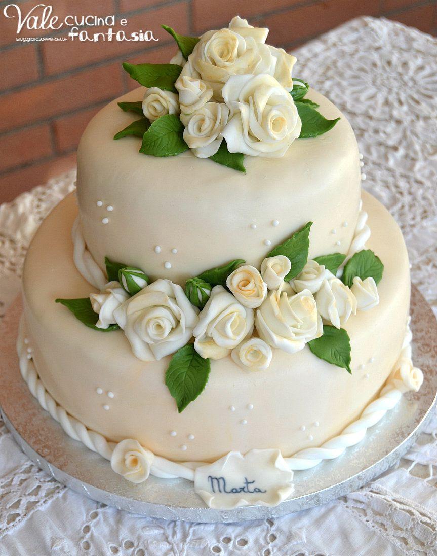 Torta a due piani con rose decorata in pasta di zucchero for Decorazioni per torta 60 anni