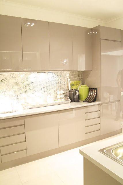 small mirrored backsplash and lacquered kitchen cabinets mi rh pinterest com