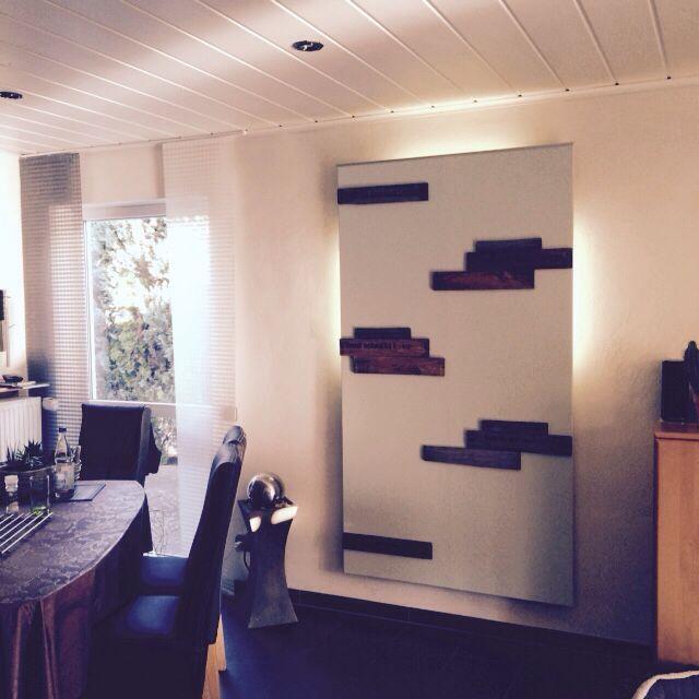 Beleuchtete Wand mit Weinkistenbrettern