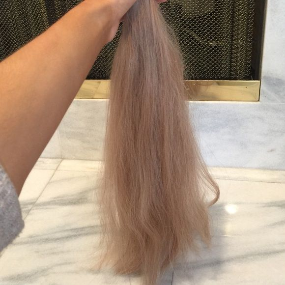 20in, Remy human hair extensions, tan/med blonde 20inches, 7 pieces, tan blonde with light brown tones. Never applied heat, only brushed out extensions. 100% remy human hair extensions. So soft and never used! Originally $240 before tax. Great quality! Small hair dye stain at top of one track, but you shouldn't notice it when clipped in, it was a total accident while I was dying my hair back to brown. I've been wearing extensions for 7 years. Clip ins, tape ins, beaded in, keratin and sewn…