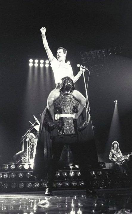Freddie Mercury, der größte Entertainer aller Zeiten auf den Schultern von Darth Vader!