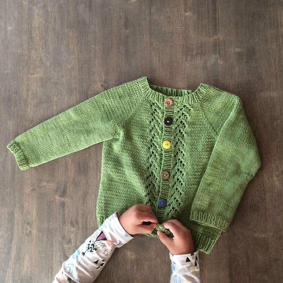 Favoritten 👆🏼💚 Hyggelige og flinke @strikkonella spør om jeg vil vise en godt brukt strikkefavoritt. Denne #veracardigan er det plagget som har blitt brukt absolutt mest! 👏🏼 Både farge, fasong og garntype har gjort den til en favoritt, både hos meg og minstemann 😊👍🏼 Vil flinke @inakrist og @miriamwennerberg vise en strikkefavoritt? 💚🌸 • • • This is the favorite knit - for both me and my son 👍🏼😊 • • • ▫️▫️▫️▫️▫️▫️▫️▫️▫️▫️▫️▫️▫️▫️▫️ #strikk #barnestrikk #strikking #sandnesduo…