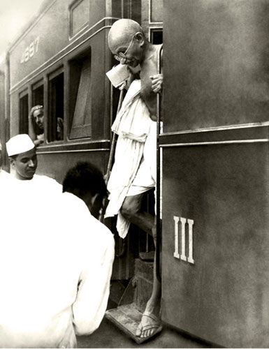 Kulwant Roy: Gandhi stepping off a train in the early 1940s