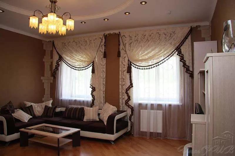 современные шторы на два окна на одной стене с простенком ...
