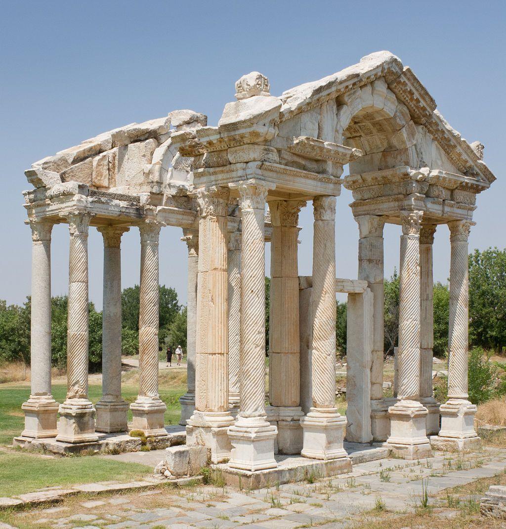 Le tétrapylon d'Aphrodisias (porte monumentale) - Aphrodisias est une petite cité antique de Carie, en Asie Mineure (Turquie). Elle aurait été fondée par les Lélèges, changea de nom plusieurs fois, pour s'appeler finalement Aphrodisias, en hommage à la déesse Aphrodite, au IIIe siècle avant notre ère. C'est un tremblement de terre suivi d'une inondation qui détruiront la majeure partie de la cité au IVe siècle de notre ère. Le christianisme mit fin au culte d'Aphrodite.