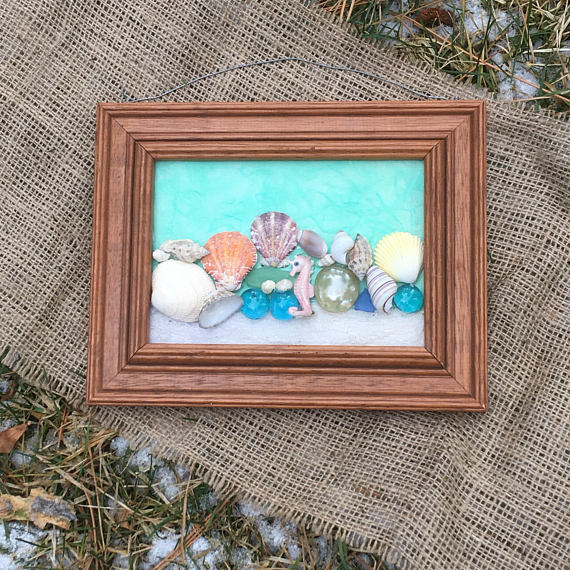 Feeling The Ocean Breeze This Beach Themed Wall Hanging Is Adorned With Multi Color And Shape Sea Beach Theme Bathroom Decor Frames On Wall Beach Theme Decor