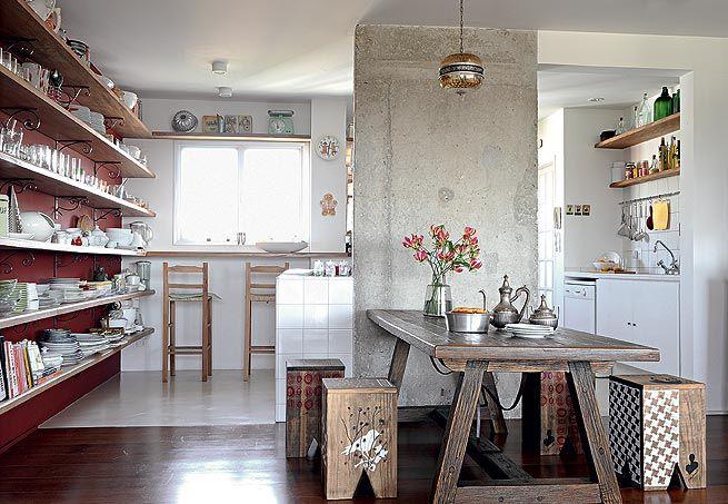 Prateleiras e adaptações para cozinha feita de madeira
