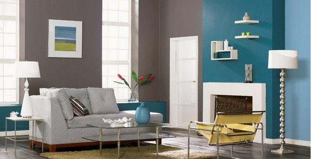 wohnzimmer mit einem kamin und doppelfarbiger wandgestaltung - 62