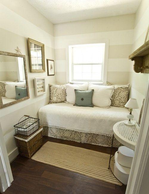 pequeo dormitorio tonos crema con espejo