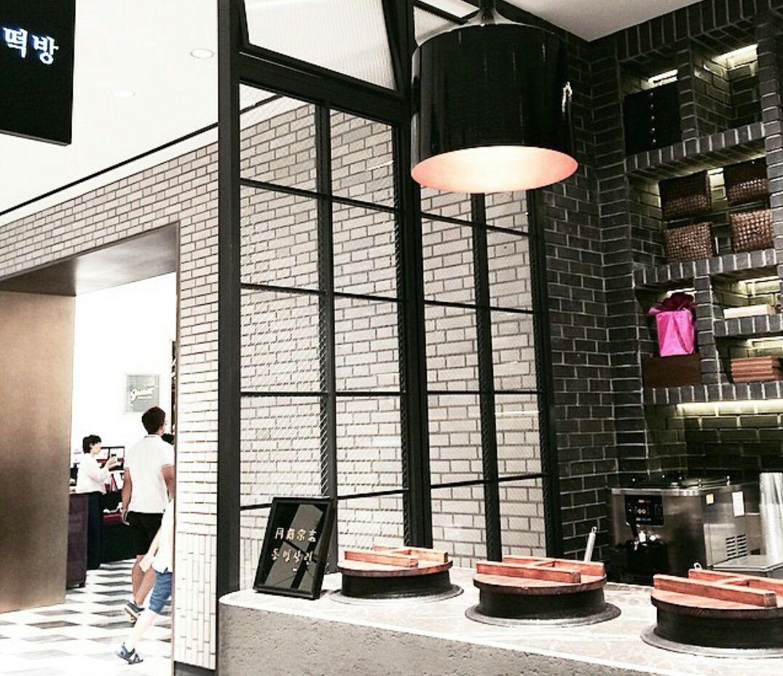 신새계 떡방 ! contemporary. clean interior. black, white, brown and greys. simple and clear. cosy.