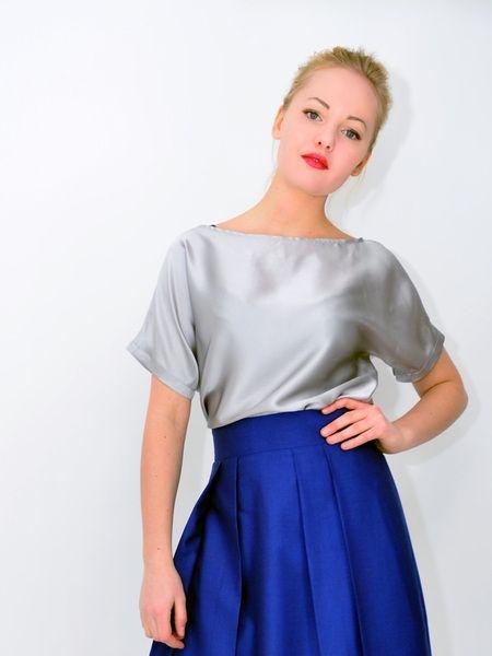 silbernes Seidenfledermaustop,Hüftpasse von parapluie - la mode pour la mode auf DaWanda.com