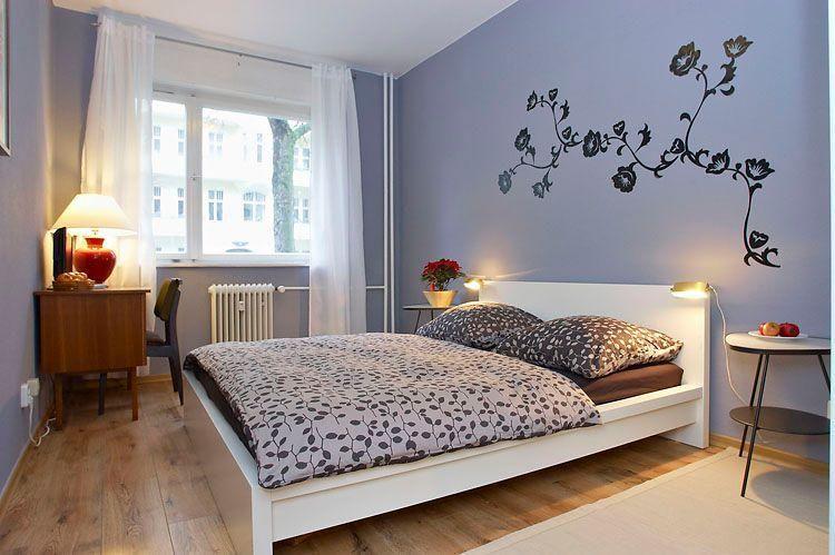 Fliederfarbenes, großes Schlafzimmer mit Wandtattoo in Berlin ...