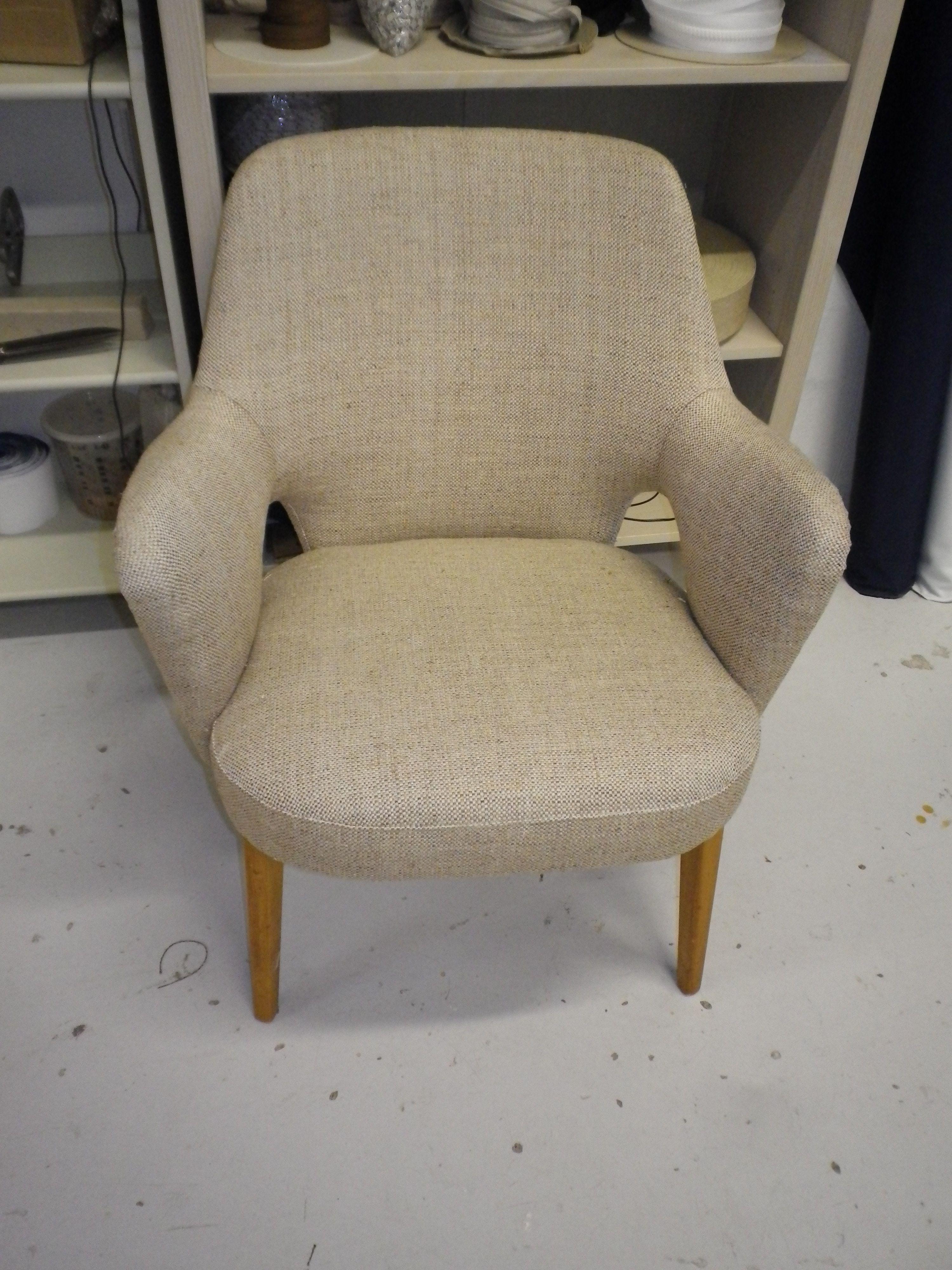 Hiort af Ornäs Pedro  50-luku tuoli uudelleen verhoiltuna
