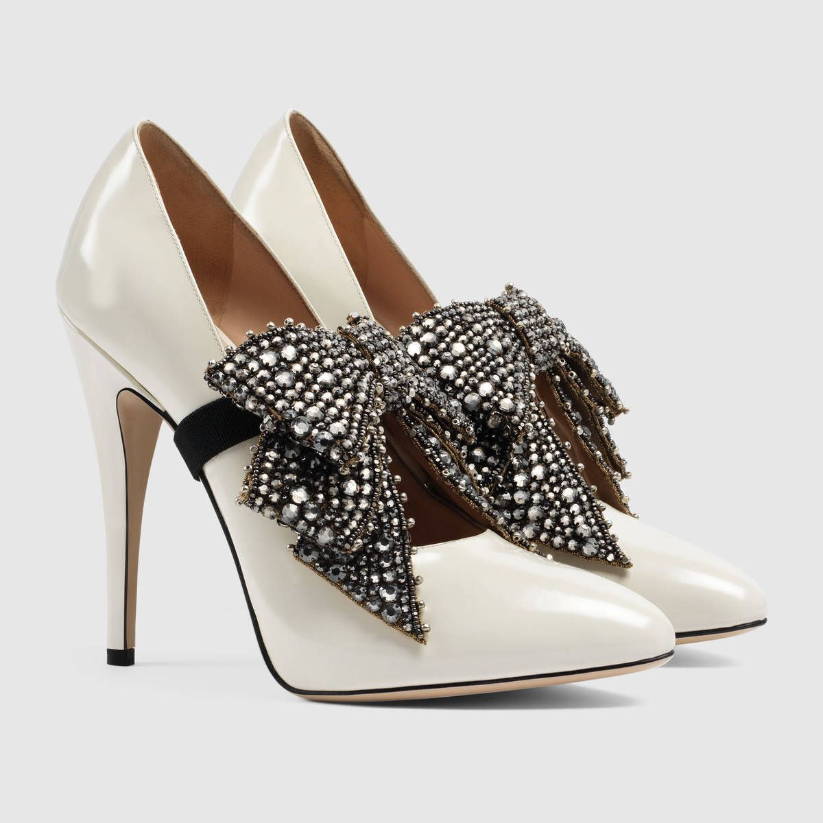 0e2957d922e825 Gucci Leather pump with crystal bow Detail 3