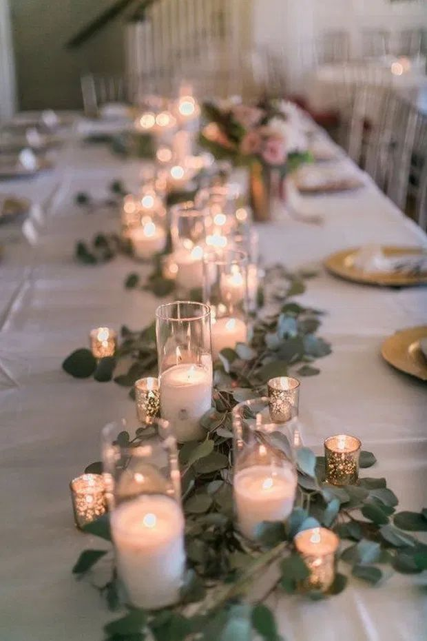 Mittelstücke mit Glaskerzen unterschiedlicher Höhe - Blumen Natur Ideen #dekorationhochzeit