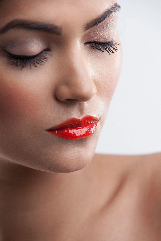 Model wearing Lipavenu Lipgloss