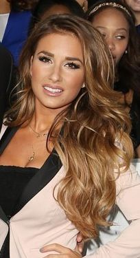 Loveeeee This Honey Color Jessie James Decker I May Be Obsessed I Want This Hair Not Too Blonde P Honey Hair Color Carmel Hair Color Carmel Hair