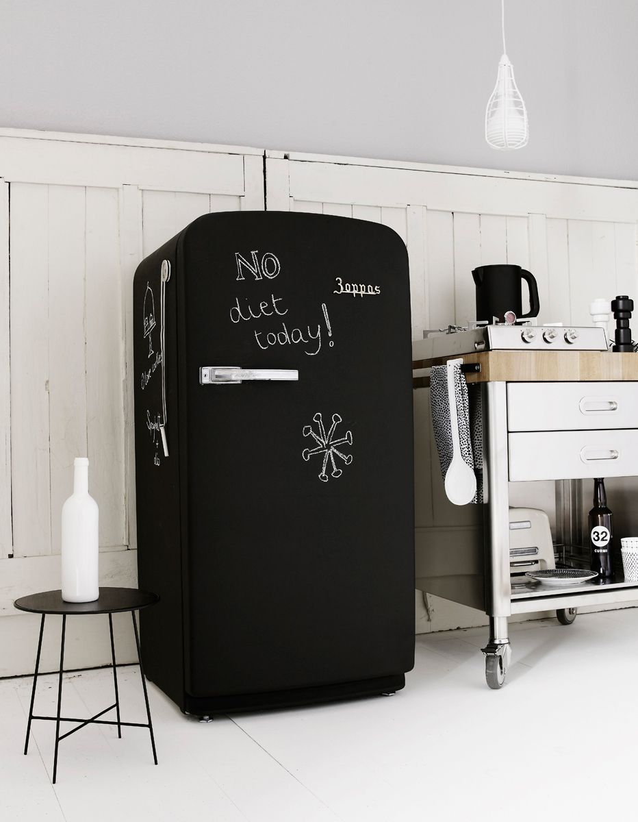 un frigo habill de peinture ardoise d co et am nagement cuisine. Black Bedroom Furniture Sets. Home Design Ideas