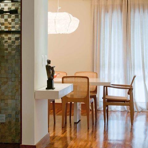Cadeira Oscar de Sergio Rodrigues + cadeiras Bossa de Jader Almeida. Projeto: Regina Adorno (@reginaadorno ) #mobiliariobrasileiro #dpot #dpotbrasil #cadeiraoscar #cadeirabossa