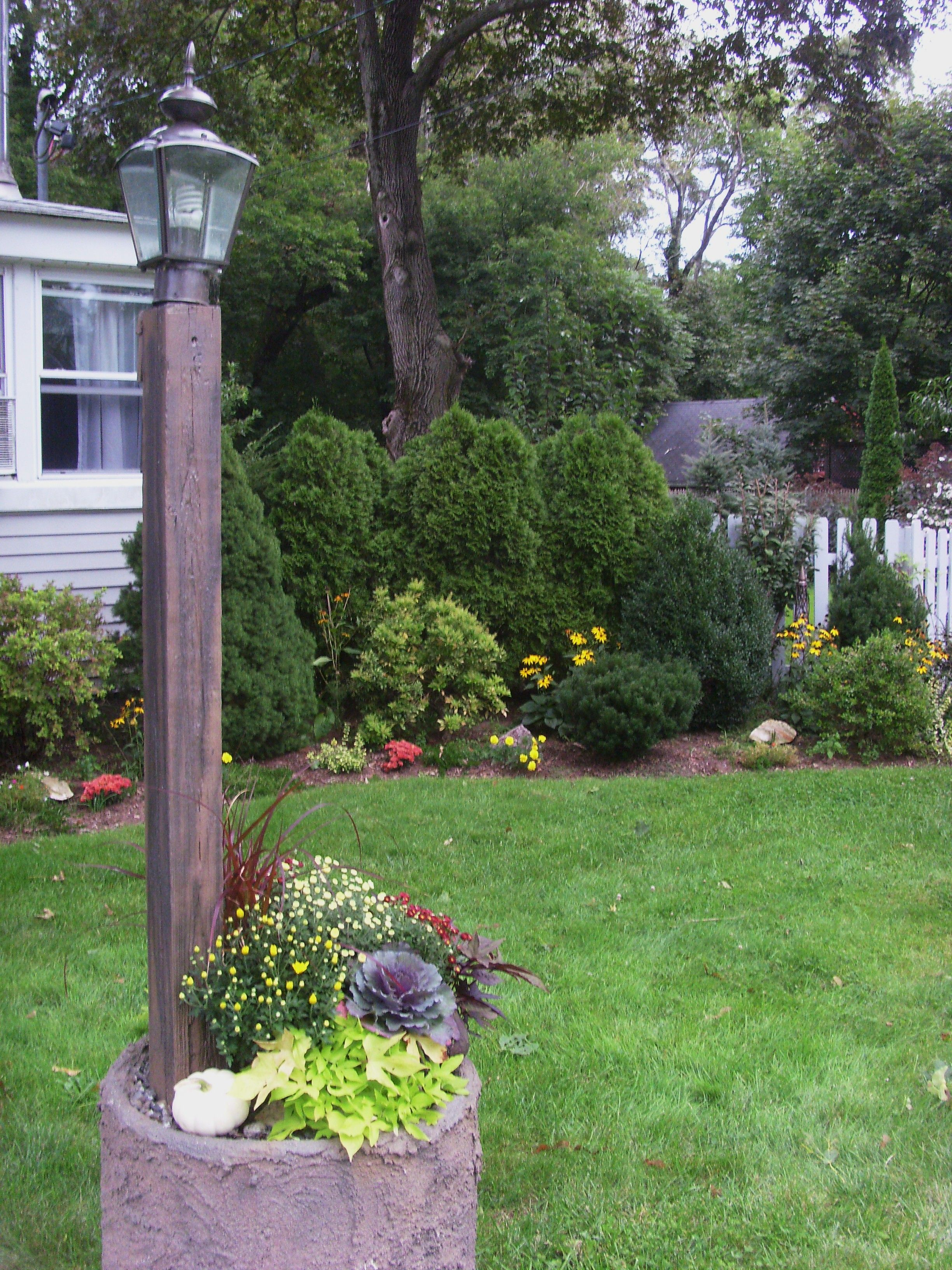 Wood outdoor lamp post - Front Yard Lamp Post Fall Planting White Pumpkin Mums Cabbage