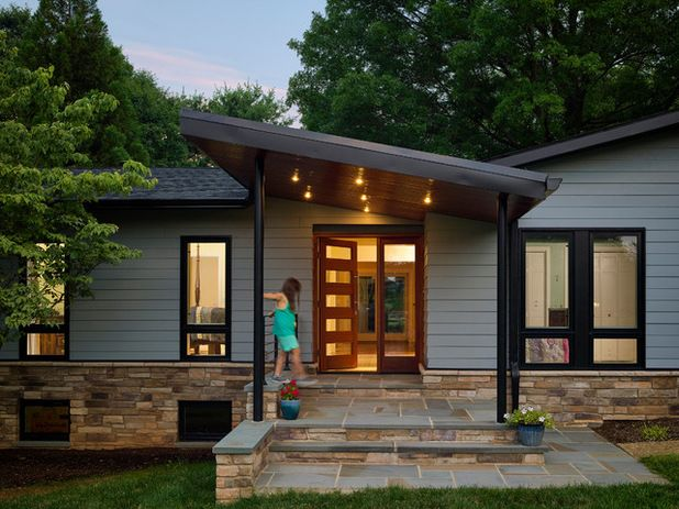 New Focal Point For A 1970s Ranch House Ranch House Exterior Mid Century Modern Exterior Modern Front Porches