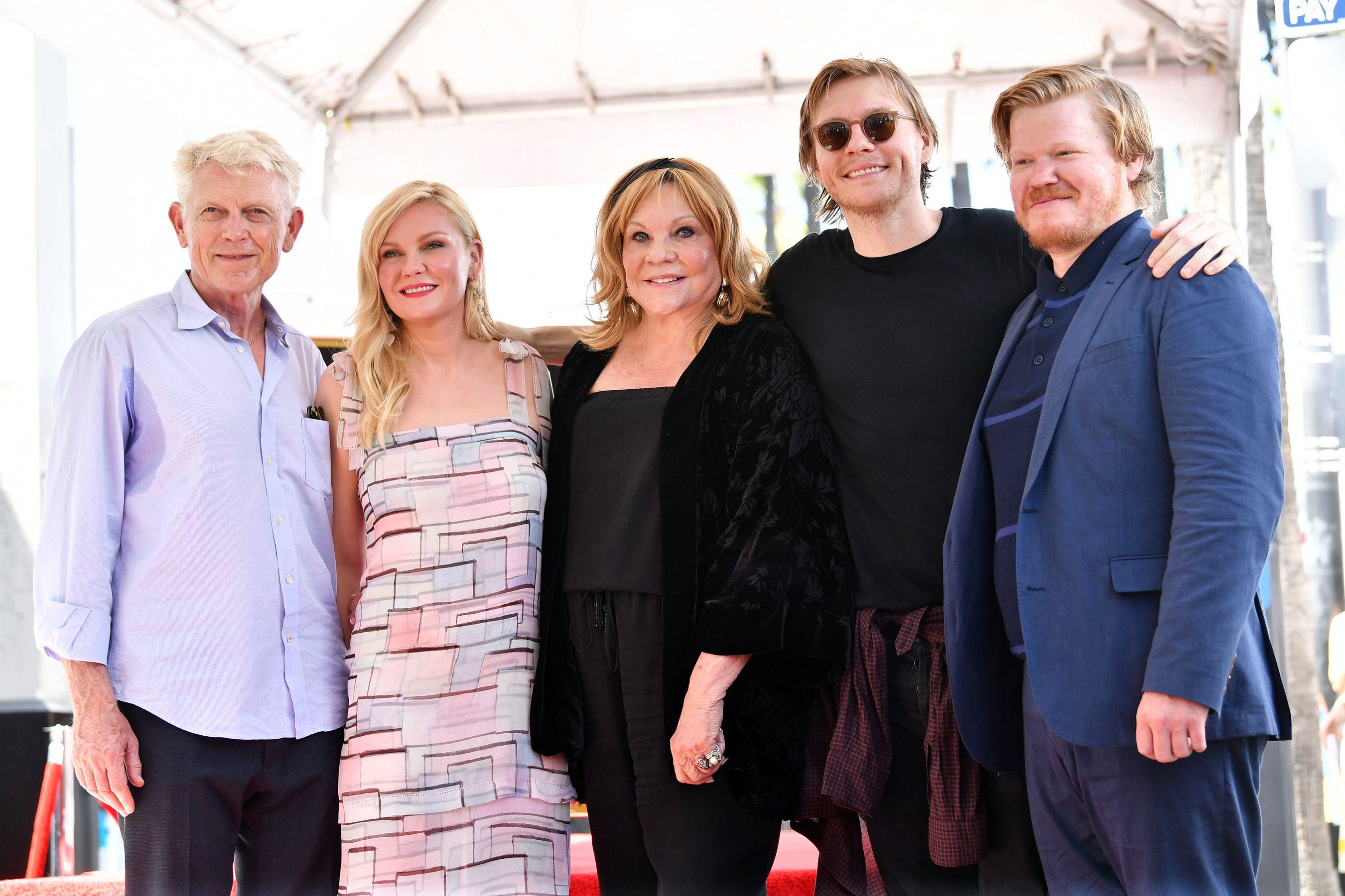 Ennis Big Debut Kirsten Dunst Brings 15 Month Old Son To Her Walk Of Fame Star Ceremony Walk Of Fame Celebrity Moms Hollywood Walk Of Fame