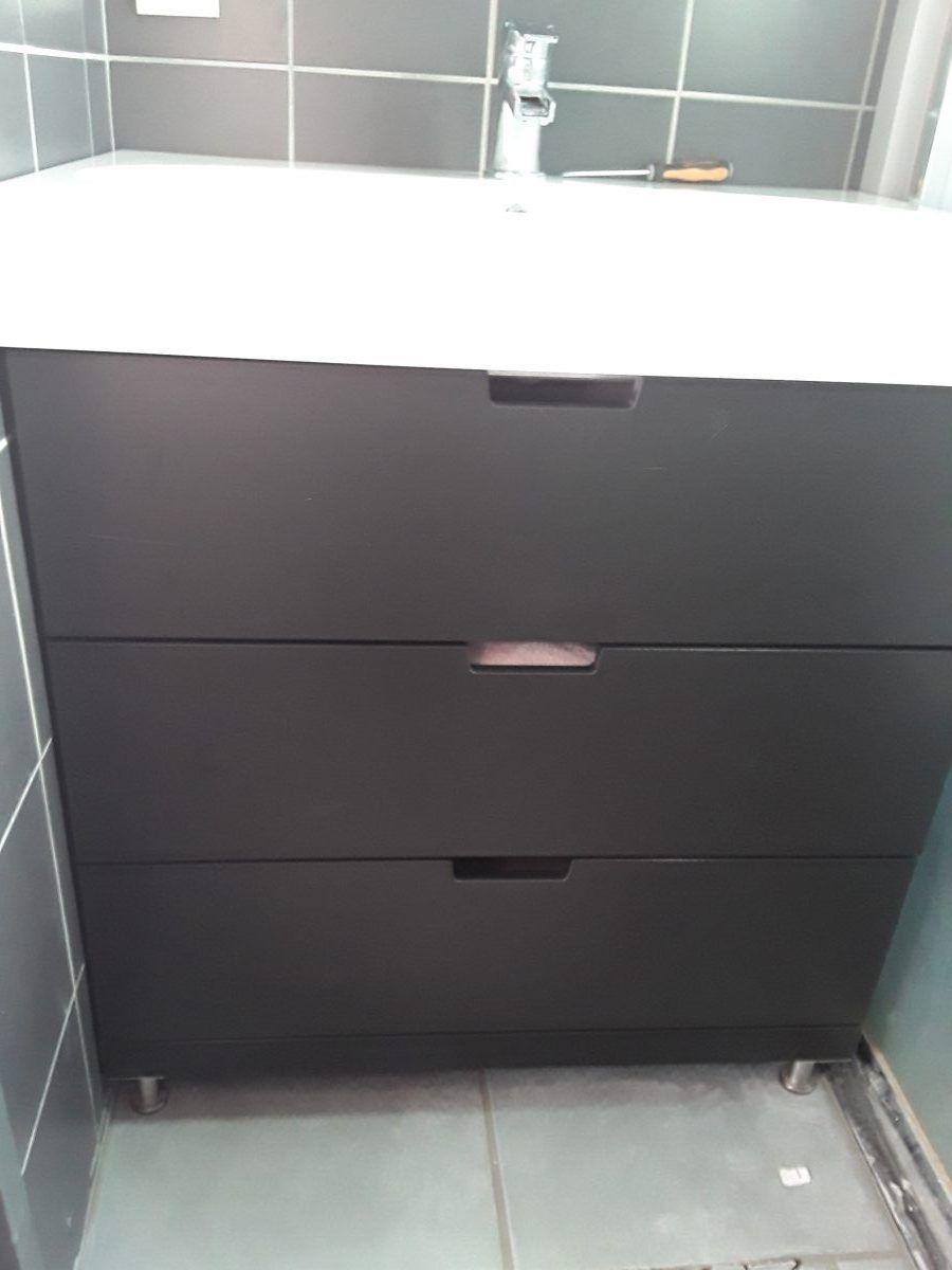 Un meuble de salle de bain avec une commode NORDLI  Meuble de