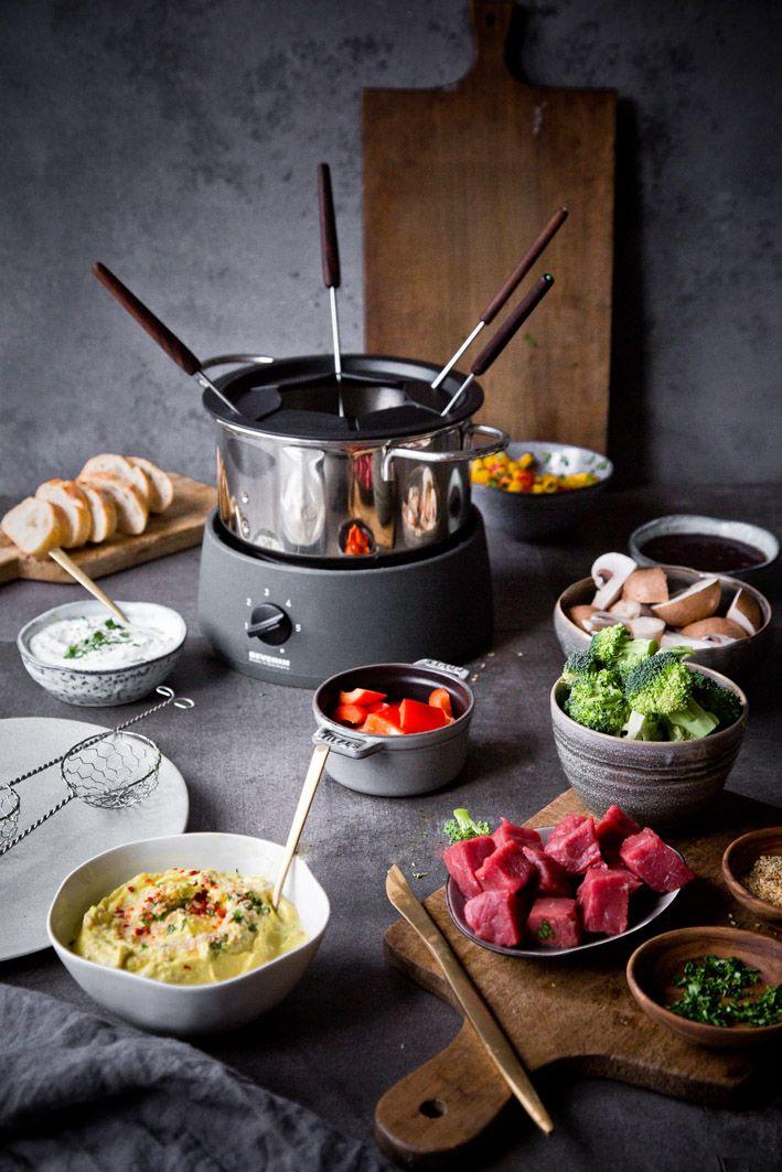 Fondue mit würziger Brühe und leckeren Dips. #fondue