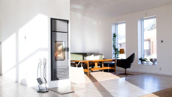 Peisen ordner vintervarme: Den vannmantlede peisen varmer varmtvann om vinteren, til oppvarming av gulvene. Om sommeren gjør solfangerne på taket jobben. for oppvarming av varmtvann i tillegg til strålevarme. .