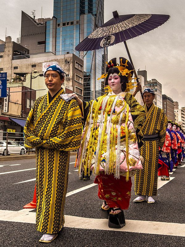 Asakusa Oiran Dochu 11/19 And finally the tayu ,the top courtesan herself with her umbrella bearer (kasamochi no otokoshu) and the katakashi no otokoshu, the special attendant offering his shoulder (notice her clogs and you'll understand his importance!) #Asakusa, #Oiran, #Dochu, #tayu November 9 2014 © Grigoris A. Miliaresis