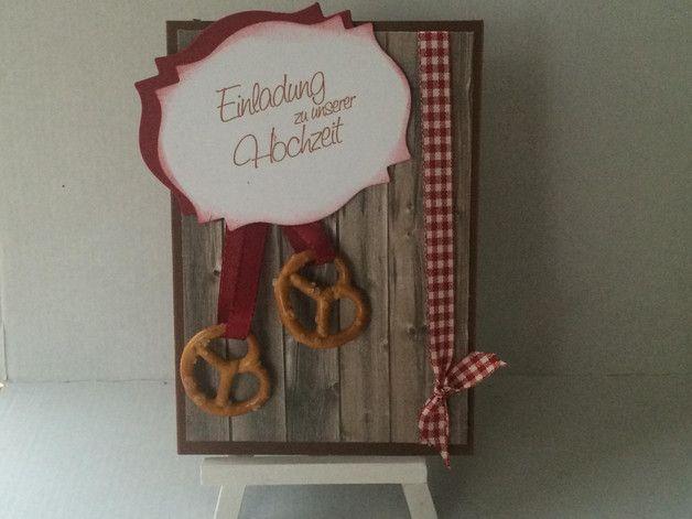 Einladungskarte Zur Hochzeit Im Bayerischen Stil, Mit Papier In Holzoptik,  Brezen , Kariertem Rotem Band Verziert.