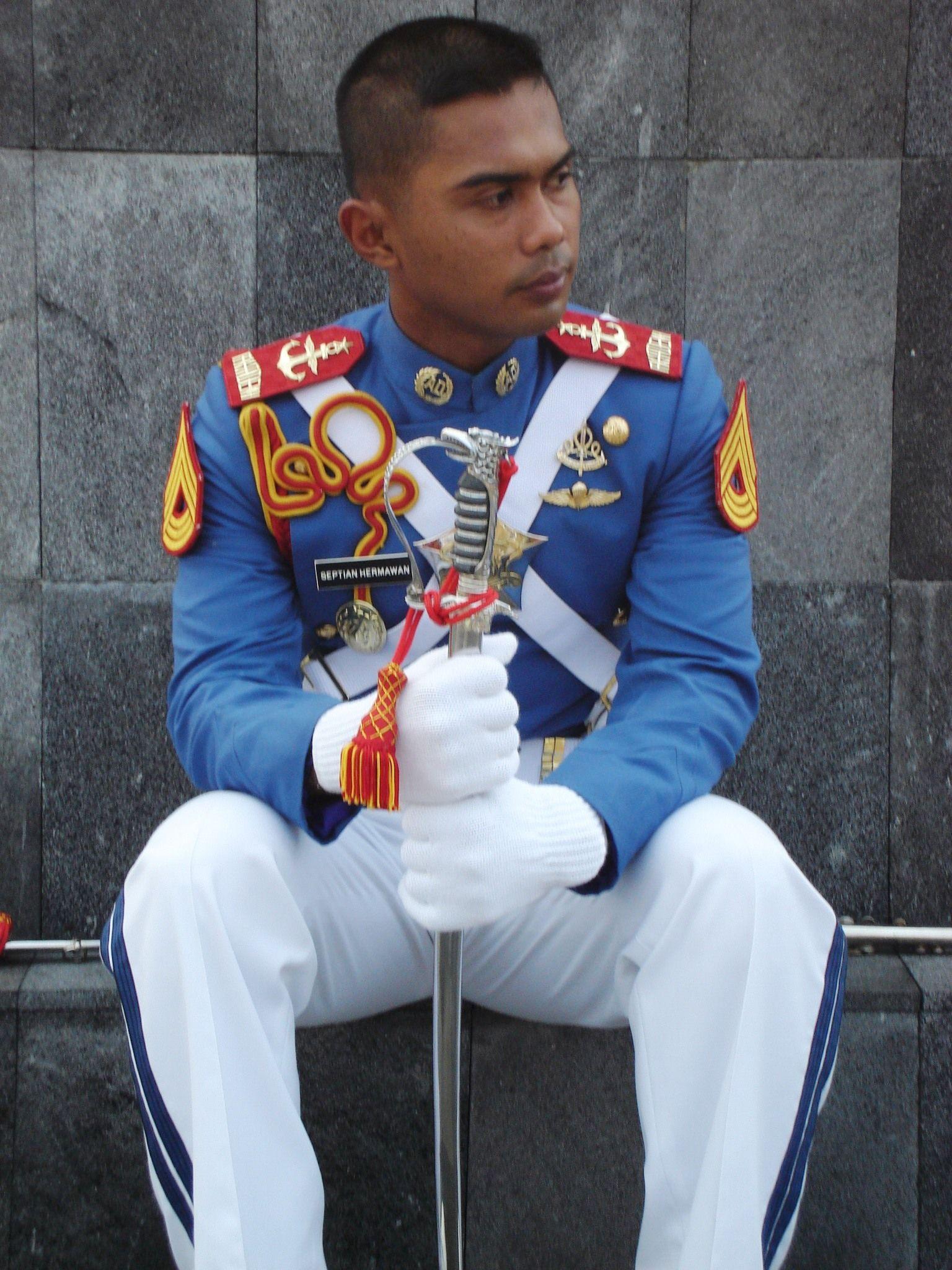 Dulu, aku jatuh cinta dengan seorang taruna Militer