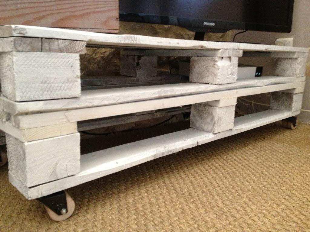 Cr arion de int rieur zinc meuble tv fabriqu avec des palettes en bois peint en blanc Meuble en bois de palette