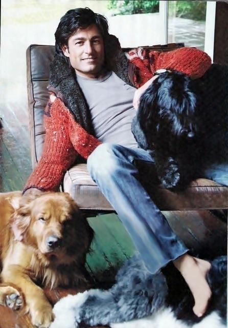 Resultado de imagen para fernando colunga con perros
