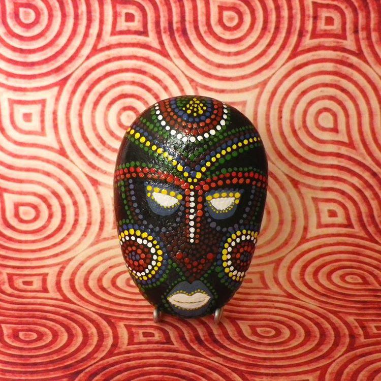 galet peint masque africain galetspeints galetpeint. Black Bedroom Furniture Sets. Home Design Ideas