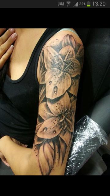 Milkadreams Blutentattoo Lilien Tattoo Oberarm Oberarm Tattoo Frauen Blumen Lilien Tattoo