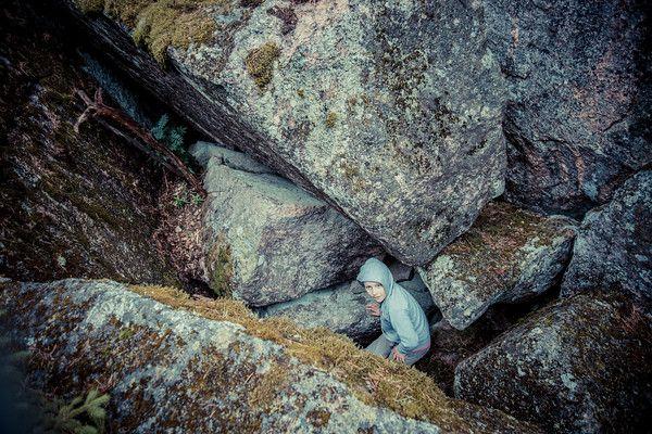 Varkaankellarinmäki Pertteli Varkaankellareita ja Varkaankellarinmäkiä on seudulla useita, tämä kirjoitus on Perttelissä sijaitsevasta kalliosta nimeltä Varkaankellarinmäki, jolla sijaitsee Varkaankellari niminen luola jossa tarinan mukaan kolme rosvoa on aikoinaan majaillut 1700 luvulla. Rosvot pitivät myös Suutarin talosta ryöväämäänsä tyttöä tässä luolassa vuosikausia vankina.  http://www.naejakoe.fi/luontojaulkoilu/varkaankellarinmaki-pertteli/