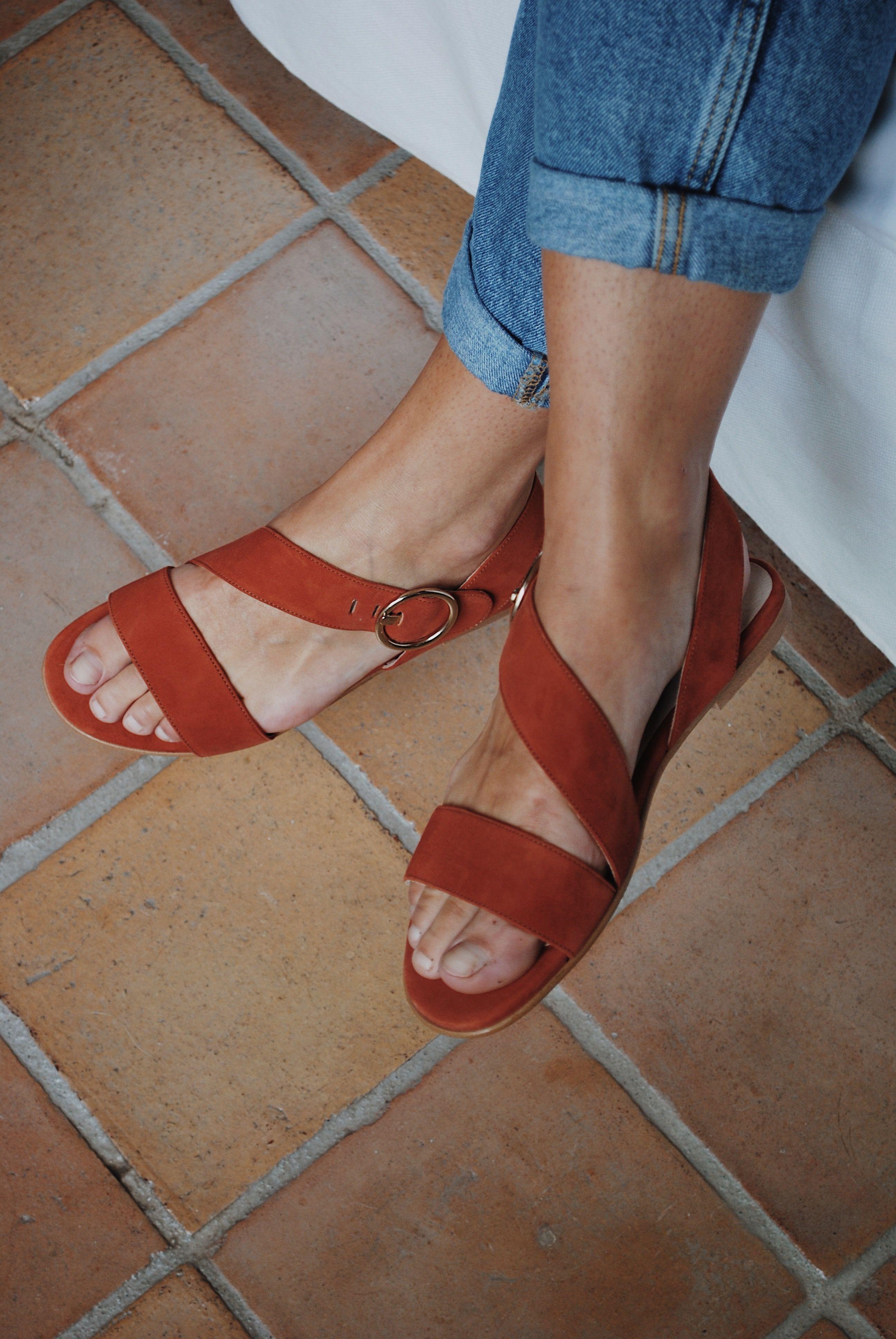 Sandales plates à lanières et boucle Femme en velours brique
