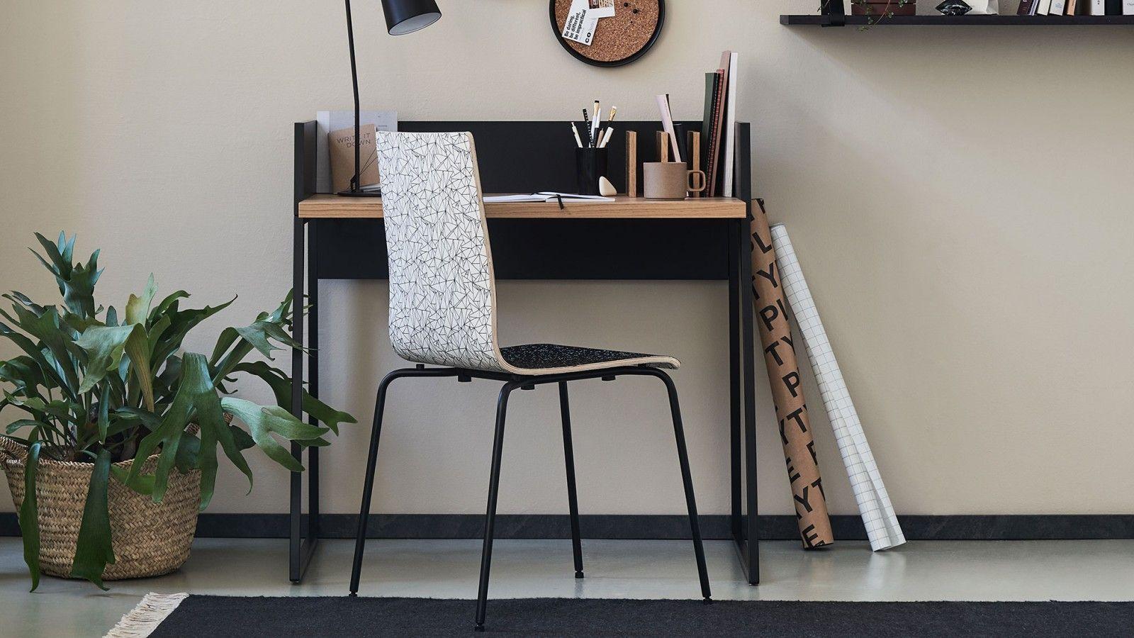 Une chaise affublée de tissu noir et blanc se trouve devant un