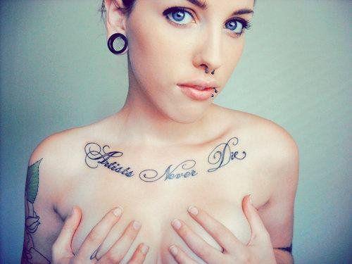 Tatouage Phrase En Desous Clavicule Poitrine Femme Style D