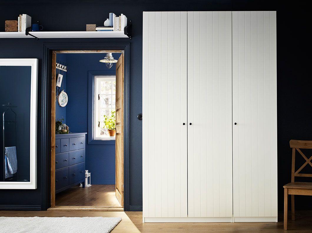 ein schlafzimmer mit pax kleiderschrank in wei mit risdal t ren in wei und einrichtung hemnes. Black Bedroom Furniture Sets. Home Design Ideas