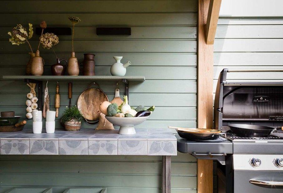 Buitenkeuken u buitenkeuken met bbq en blad van tegels outside