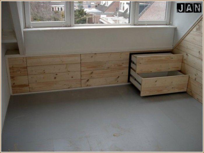 Slaapkamer Woonboerderij Coby : Ingebouwde laden onder schuin dak steigerhout pallets en hout