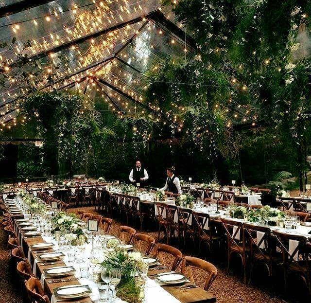 Die Natur mit einem klaren Festzelt nach innen bringen Kronleuchter mit hängen – Hochzeitskleid