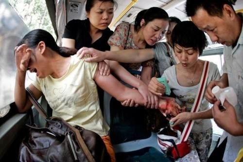 A bus of caring people save the life of a woman who tries to commit suicide in China