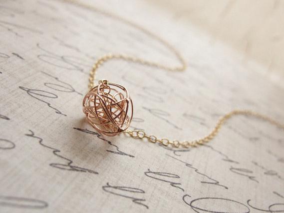 simple & pretty necklace.