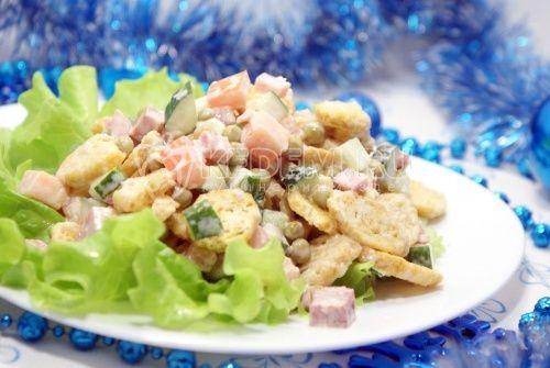 Салат с сухариками Праздничный