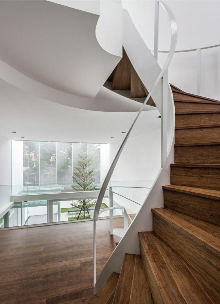 Wendeltreppen mit einem markanten Bild für den Innenraum | Haus